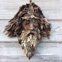 Лесные духи. Художник собирает из старой древесины человеческие лица и скульптуры